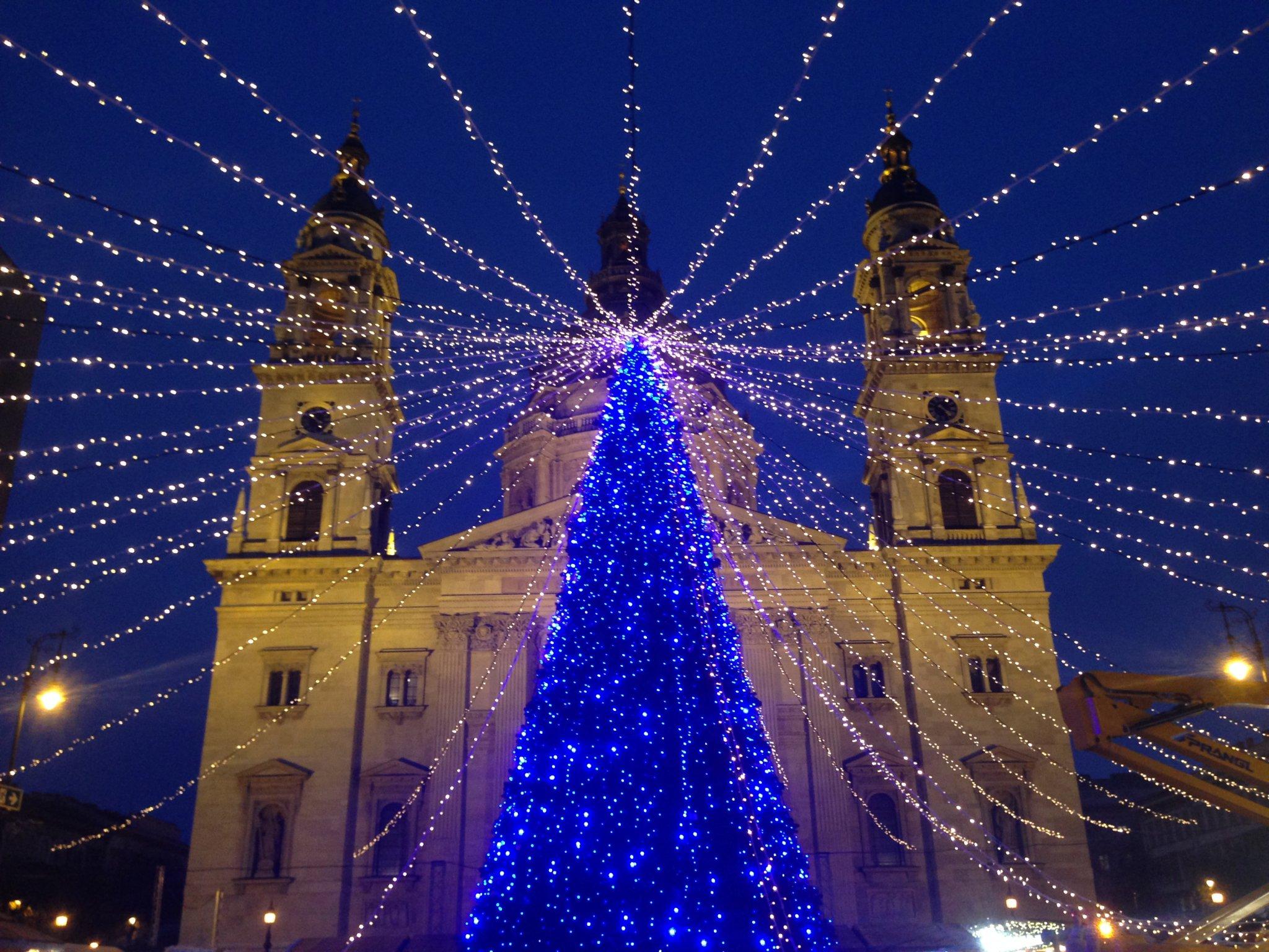 30746f8f7153 Pár év alatt lett az egyik legnépszerűbb a Bazilikánál található Advent,  ami a koripályával, a fényfűzérekkel, és az épületek kivilágításával  csodaszép téma ...